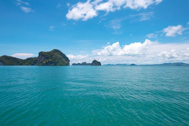 Rochers, mer et ciel bleu Photo Premium