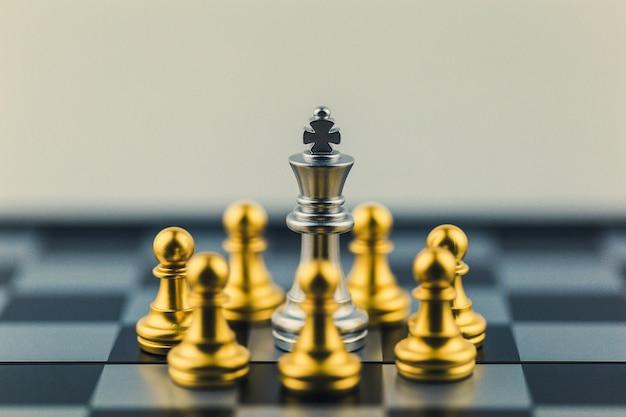 Roi d'argent dans la victoire ou la décision du monde des échecs sur le chemin du succès. Photo Premium