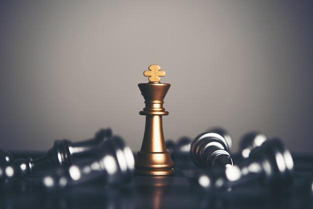 Roi et chevalier d'échecs sur fond sombre. concept de chef et d'équipe pour réussir. Photo Premium