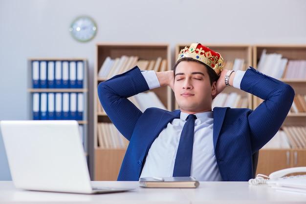 Roi homme d'affaires travaillant au bureau Photo Premium