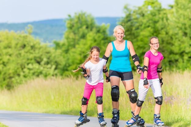 Roller familial avec des patins sur une voie de campagne Photo Premium