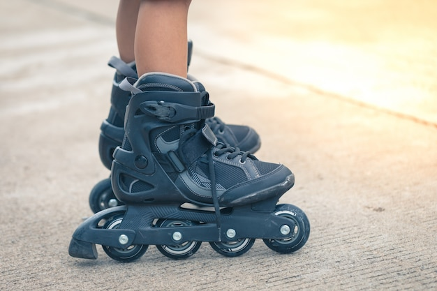 Roller inline closeup sur les jambes Photo Premium