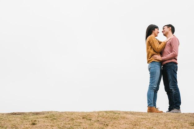 Romantique jeune couple amoureux Photo gratuit