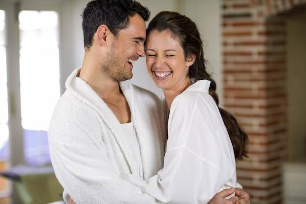 Romantique jeune couple s'embrassant dans la cuisine Photo Premium