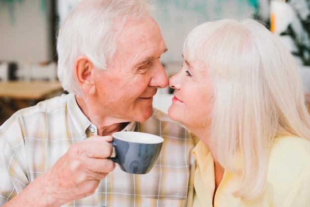 Romantique Souriant Couple D'âge Mûr Touchant Avec Le Nez Photo gratuit