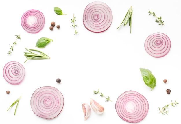 Rondelles d'oignon et herbes sur la table Photo gratuit