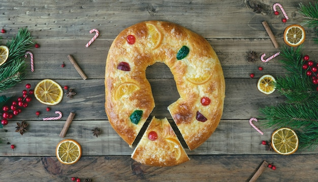 Rosca De Reyes Sur Un Socle En Bois Avec Des Décorations De Noël Photo Premium