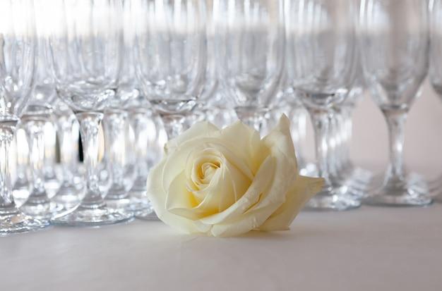 Rose Blanche Sur La Table Avec Des Coupes De Champagne, événement De Mariage Photo Premium