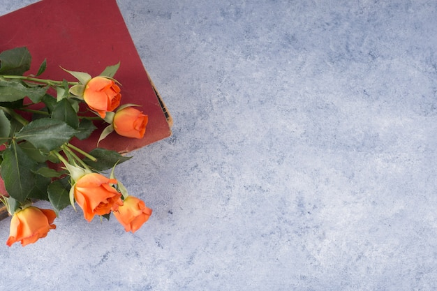 Rose bouquet et livre minable sur la table de grunge Photo gratuit
