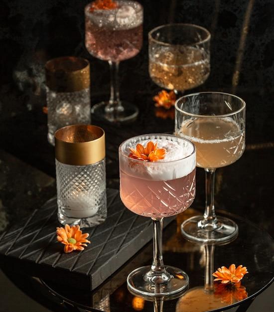 Rose cocktail sur la table Photo gratuit