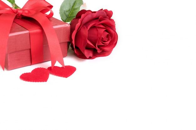 Rose rouge avec cadeau et deux coeurs Photo gratuit