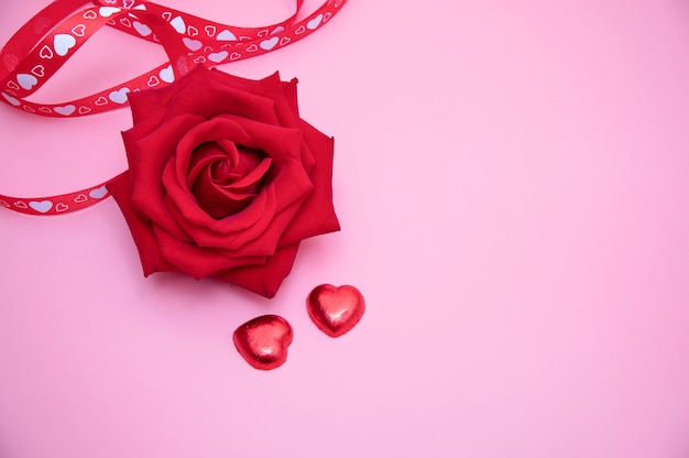 Une Rose Rouge Sur Fond Rose Photo Premium
