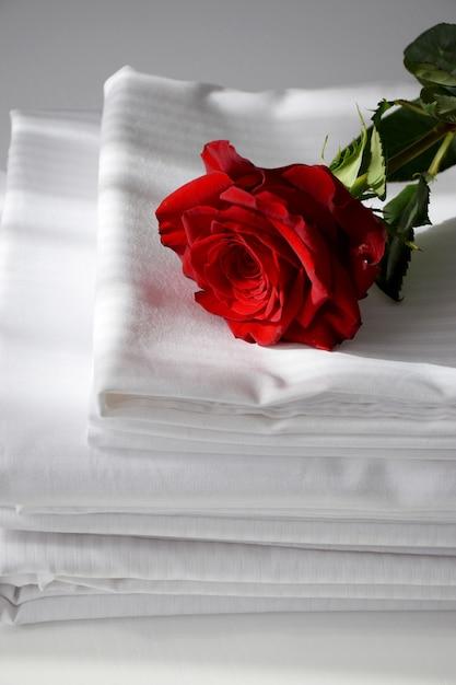 Rose Rouge Sur Literie à Rayures Blanches Sur Table Blanche. Matin De La Saint-valentin Photo Premium
