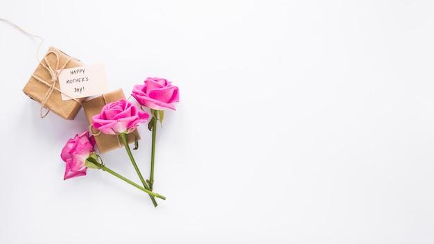 Roses Avec Des Cadeaux Et Inscription Heureuse Fête Des Mères Photo gratuit