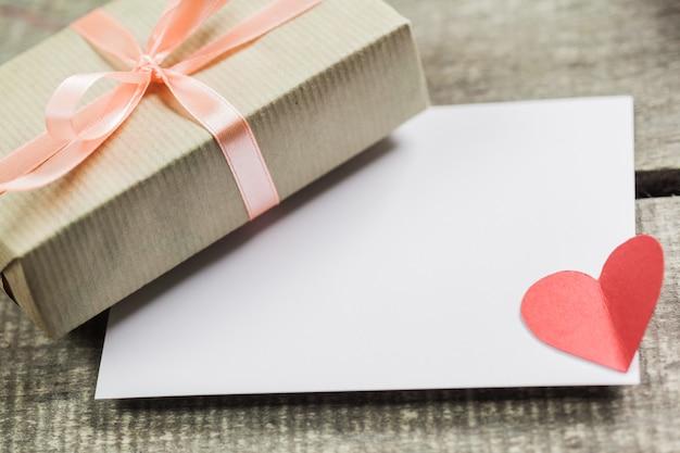 Roses et un cœur sur une planche de bois, saint valentin Photo Premium