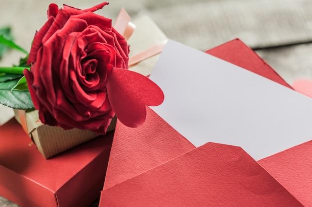 Roses et un coeur sur une planche de bois Photo Premium