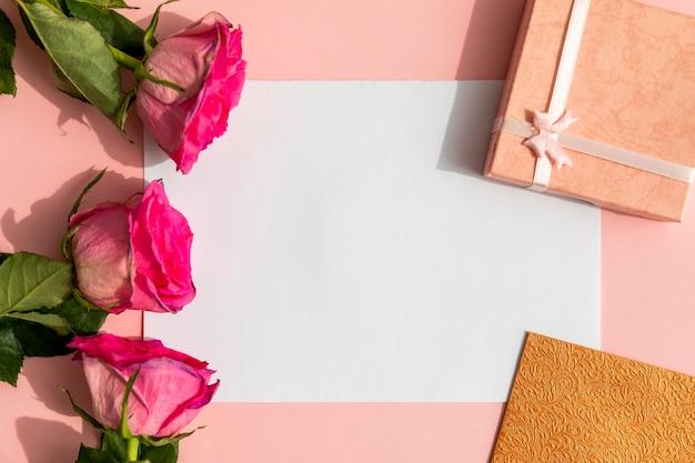 Roses de maquette avec des cadeaux Photo gratuit