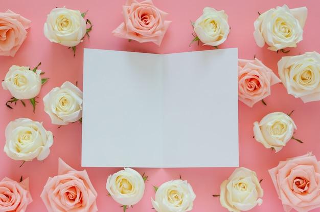 Roses Roses Et Blanches Mises Sur Fond Rose Avec Une Carte Blanche Vide Pour La Saint-valentin Photo Premium