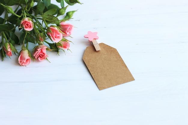 Roses roses sur fond blanc Photo Premium