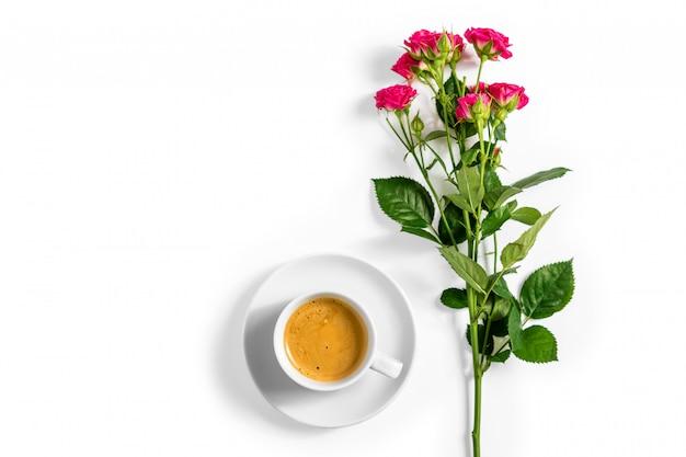 Roses roses avec une tasse de café isolé sur fond blanc Photo Premium