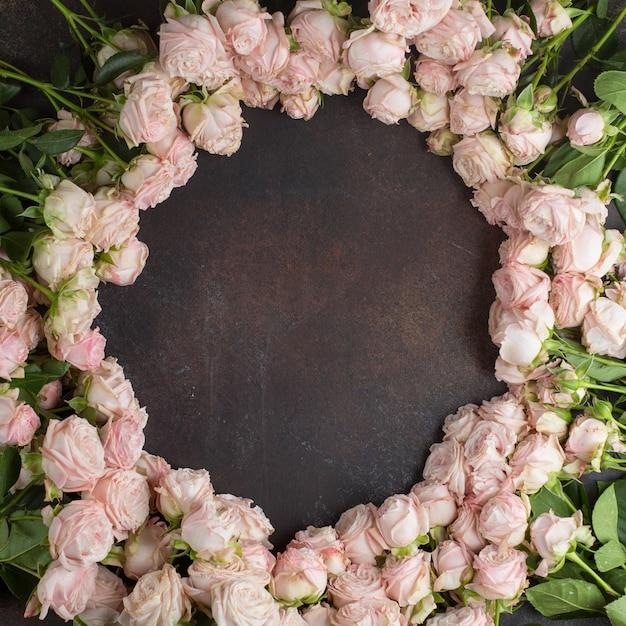 Roses roses sur la vue de dessus de table Photo gratuit
