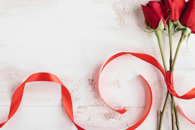 Roses Rouges Et Cravate Rouge Photo gratuit