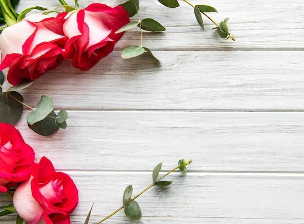 Roses Rouges Avec Fond De Saint Valentin Eucalyptus Photo Premium