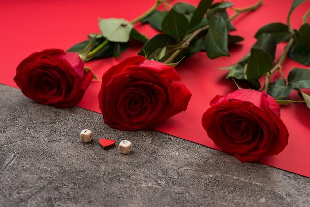 Roses Rouges Et Papier Rouge Photo Premium