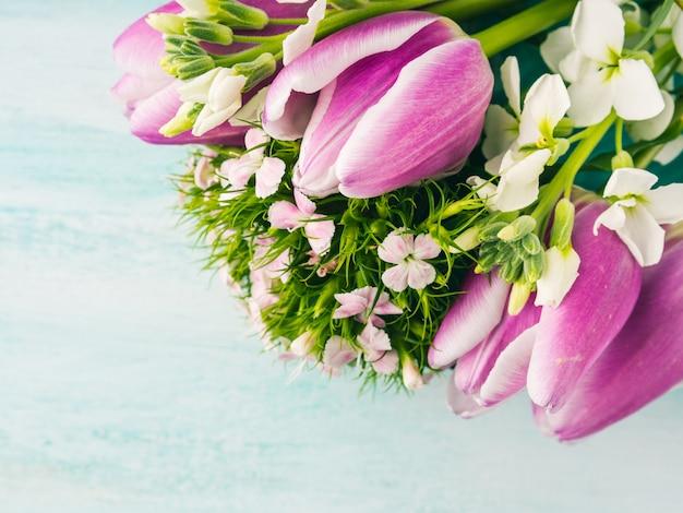 Roses tulipes vierges carte pourpre violet printemps fond de couleur pastel. Photo Premium