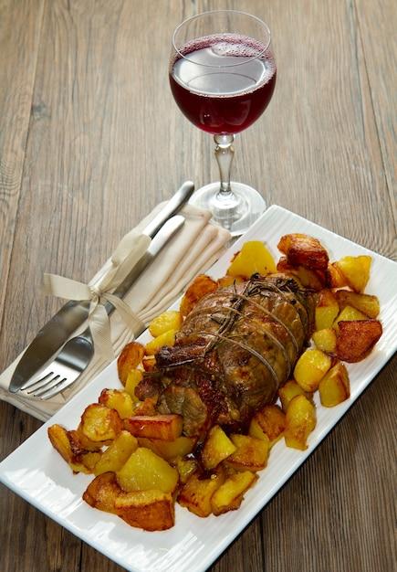 Rôti de boeuf aux pommes de terre Photo Premium