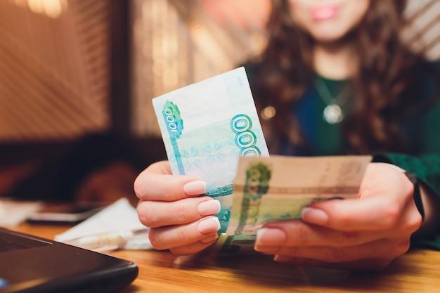 Roubles Russes Entre Les Mains D'une Femme D'affaires. Photo Premium