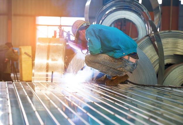 Roue électrique meulage sur structure en acier en usine Photo Premium