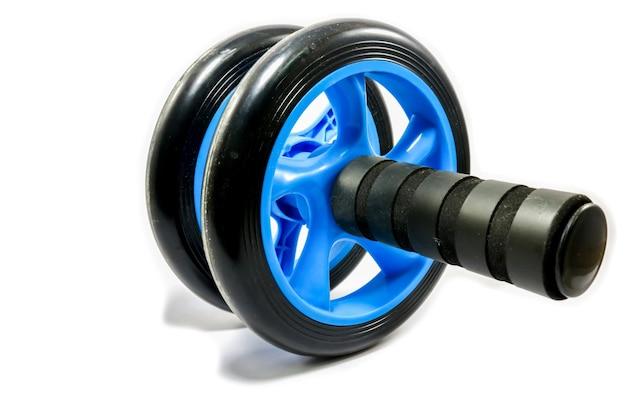 Roue d'exercice bleue sur fond blanc Photo Premium