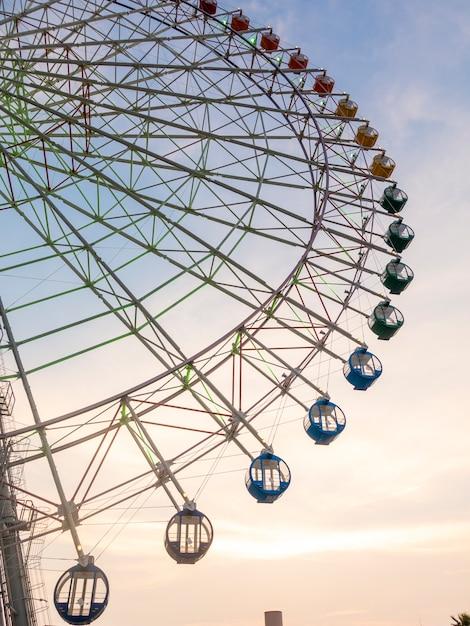 Roue de ferry sur ciel coucher de soleil Photo Premium
