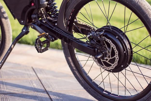 Roue moteur électrique de vélo avec pédale et amortisseur arrière Photo gratuit