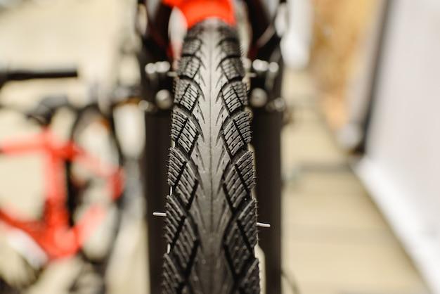 Roue avec pneu étroit pour ville de vélo. Photo Premium