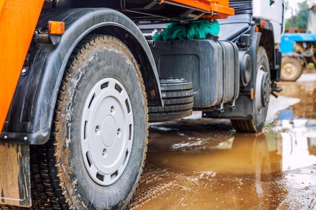 Roues D'un Gros Camion Dans Une Flaque De Boue. Photo Premium