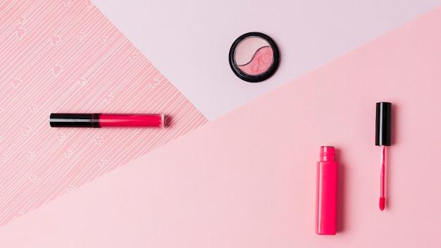 Rouge à Lèvres Et Fard à Paupières Sur La Surface Claire Photo gratuit