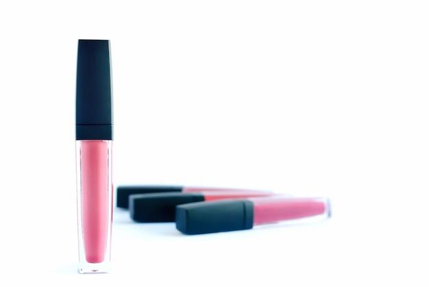 Rouge à lèvres liquide de couleur rose sur fond blanc. Photo Premium
