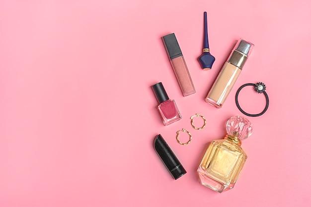 Rouge à lèvres, ombre à paupières, vernis à ongles, pinceau, blush Photo Premium