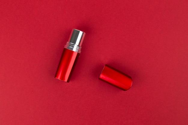 Rouge à Lèvres Rouge Se Trouve à La Surface Photo Premium