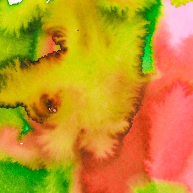 Rouge vif; fond texturé aquarelle mélangé jaune et vert Photo gratuit