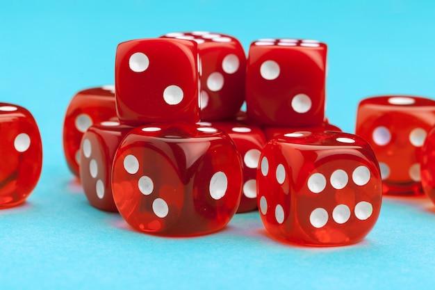 Dés rouges de jeu. concept de jeu. Photo Premium