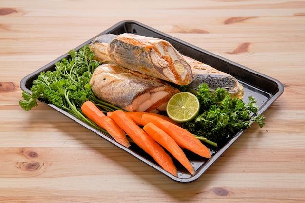Roulé de poisson avec oeuf et épices sur plateau Photo Premium
