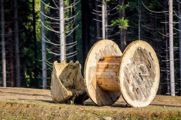 Rouleau de bois vide utilisé pour les fils électriques et la pelle d'excavatrice Photo Premium
