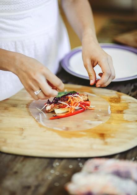 Rouleau d'été farci de légumes frais Photo gratuit