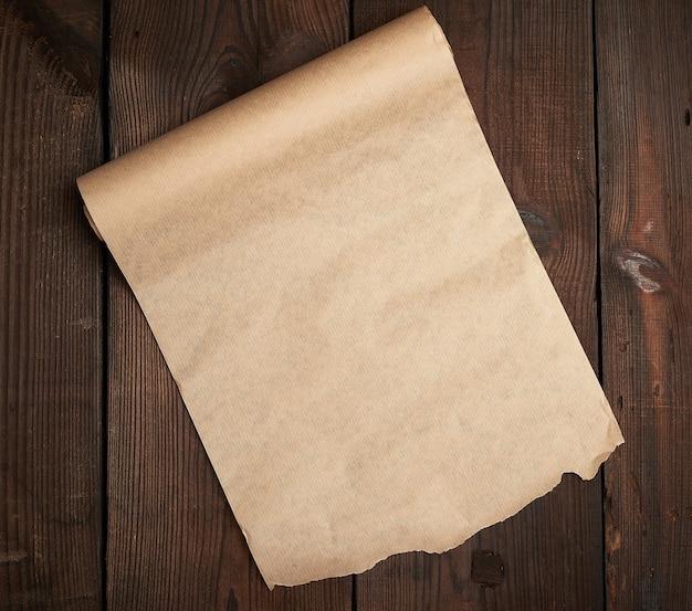 Rouleau De Papier Brun Non Torsadé Sur Une Surface En Bois De Vieilles Planches | Photo Premium