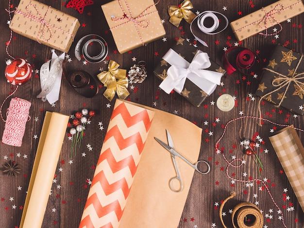 Rouleau de papier d'emballage kraft avec des ciseaux pour la coupe d'emballage boîte de cadeau de noël Photo gratuit