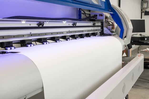 Rouleau De Papier Vierge Dans Une Grande Machine à Jet D'encre De Format Imprimante Pour Les Entreprises Industrielles. Photo Premium