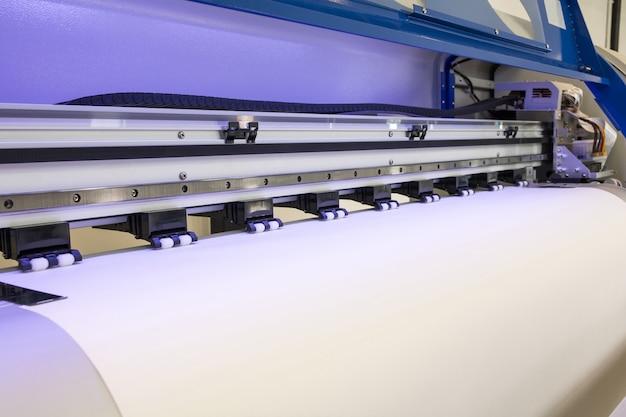 Rouleau de papier vierge dans une machine à jet d'encre au format grande imprimante pour les entreprises industrielles. Photo Premium